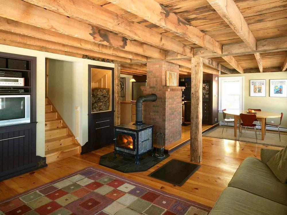 Печь с камином в деревянном доме