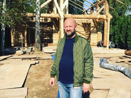 Владимир Кирмель на строительстве сруба из бревна
