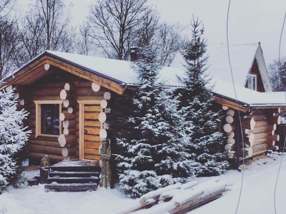 Баня из бревна прекрасно себя чувствует под снегом