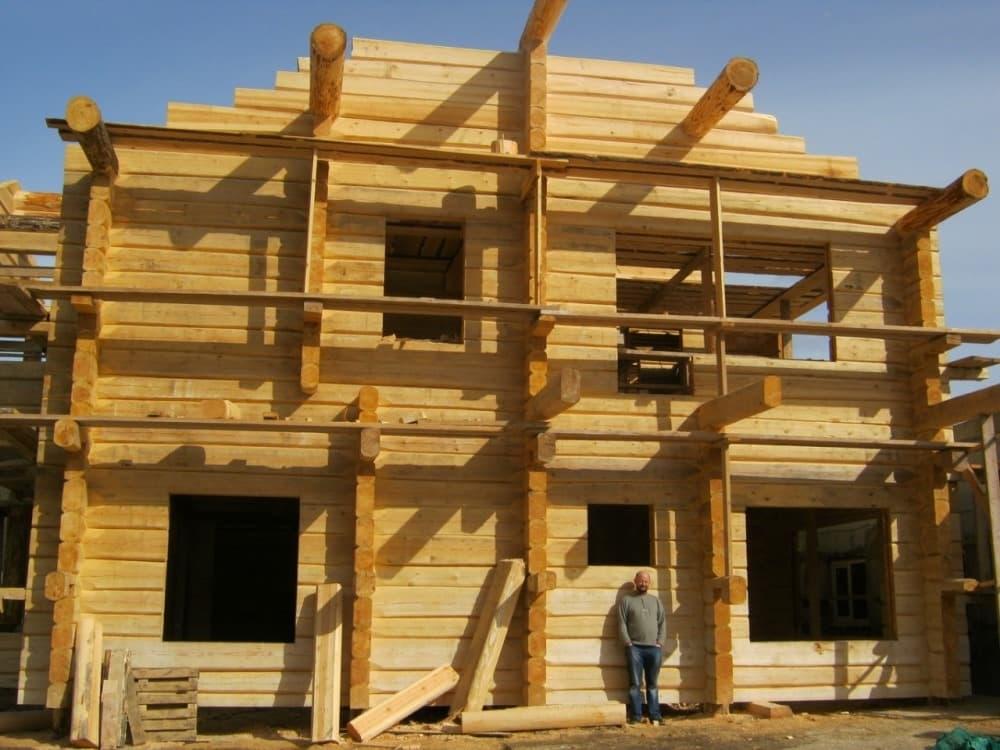 Строительство сруба дома на строительной площадке